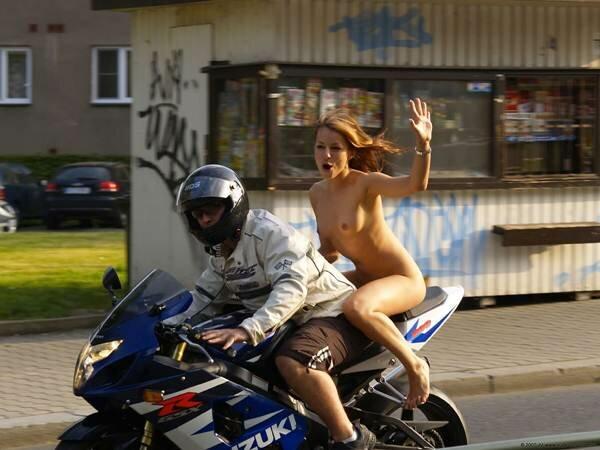 Фото голой румынки на мотоцикле