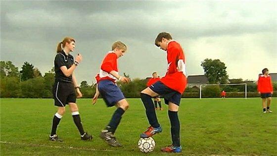 16 летняя девушка стала футбольным арбитром. Фотографии