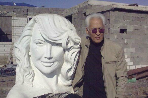Сексуальная Жанна Фриске вдохновила казахского скульптора Памятник певице в Экибастузе Фотография