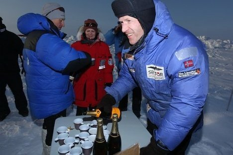 Фотографии первого венчания на Северном полюсе Wedding Ceremony at North Pole (3) (468x312, 33Kb)