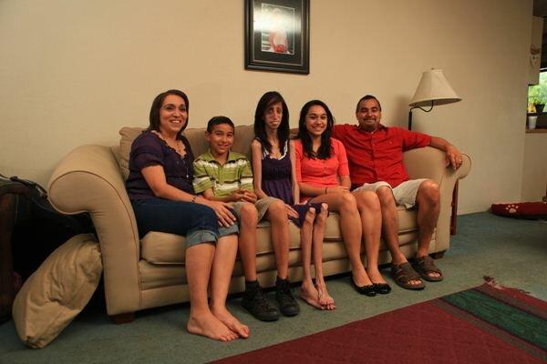 Lizzie Velasquez Самая уродливая женщина в мире со своей семьей