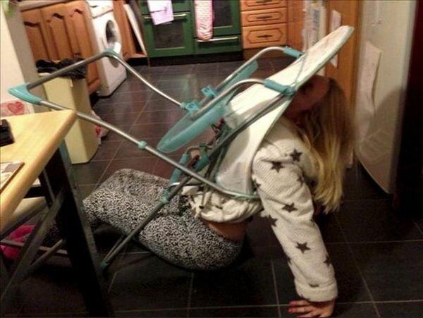 Пьяная мамочка застряла в детском стульчике. Фотографии