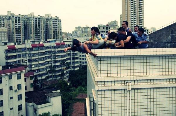 Женщина самоубийца на крыше в Китае. Фотографии