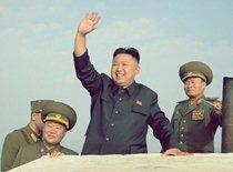 Женщины-военнослужащие тискают Ким Чен Ына