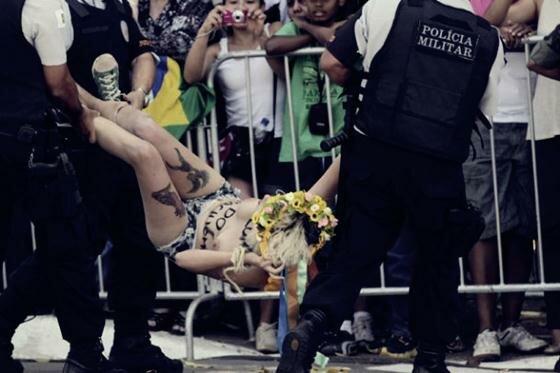FEMEN в Бразилии пытались сорвать парад