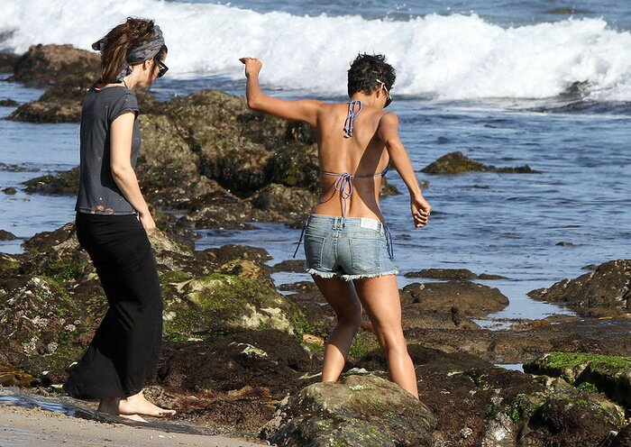 Halle Maria Berry Хэлли Берри на пляже в Малибу