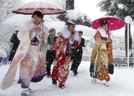 Юные японки празднуют вступление во взрослую жизнь. Фотографии